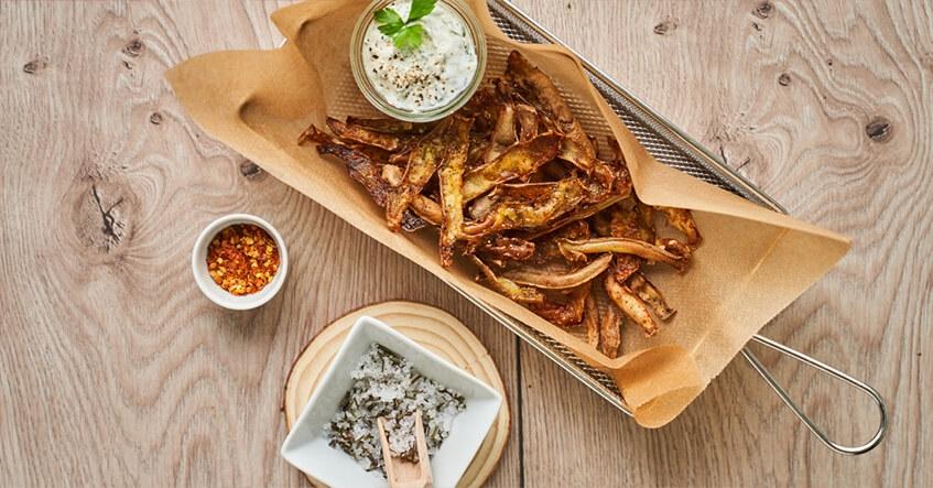 Chips de pommes de terre maison à partir des restes d'épluchures