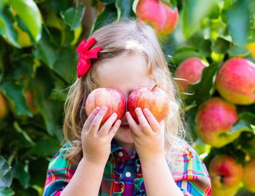 Fille avec pomme