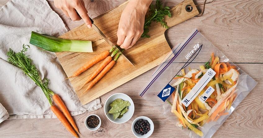 Récupérez vos restes de légumes et congelez-les en vue de préparer un bouillon de légumes durable.
