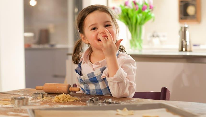enfant grignote une pâte délicieuse