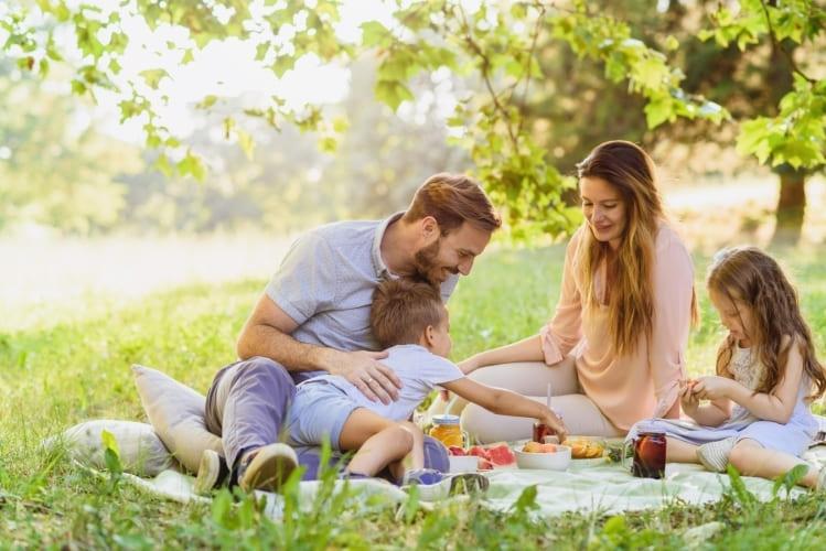 famille heureuse pique-niquer dans le parc